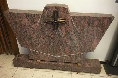 Lila Gerais Granit Grabmal für ein Doppelgrab poliert mit Ornament.