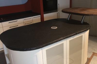 Küchenblock in Nero Assoluto Antik Oberfläche mit integrierter Steckdose