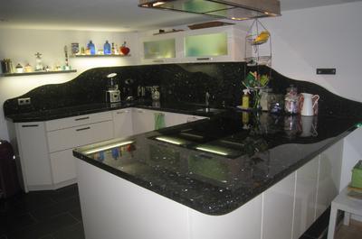 Küchenplatte in Labrador dunkel  mit wellenförmiger Rückwand